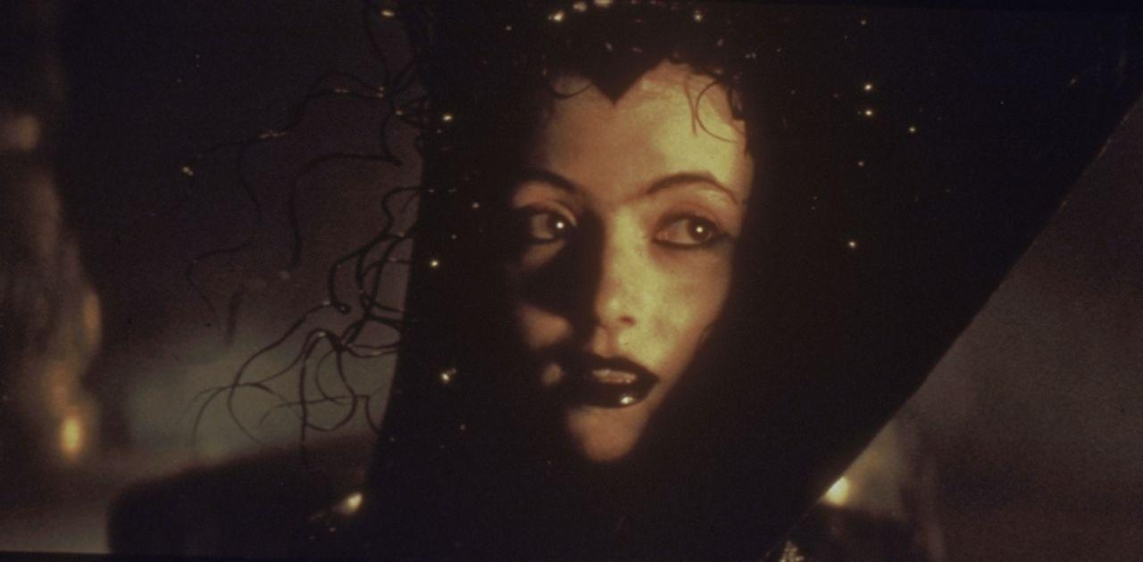 Schon bald erliegt der Fürst der Finsternis dem Liebreiz der schönen Lili (Mia Sara) und will sie zur Braut nehmen ... - Bildquelle: Universal Pictures