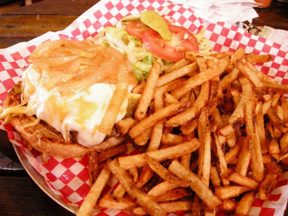 Auf der Suche nach den besten Burgern in ganz Amerika landet Adam Richman in Amarillo, wo er im Coyote Bluff Café den Höllen-Burger probiert: Er bes... - Bildquelle: 2008, The Travel Channel, L.L.C.