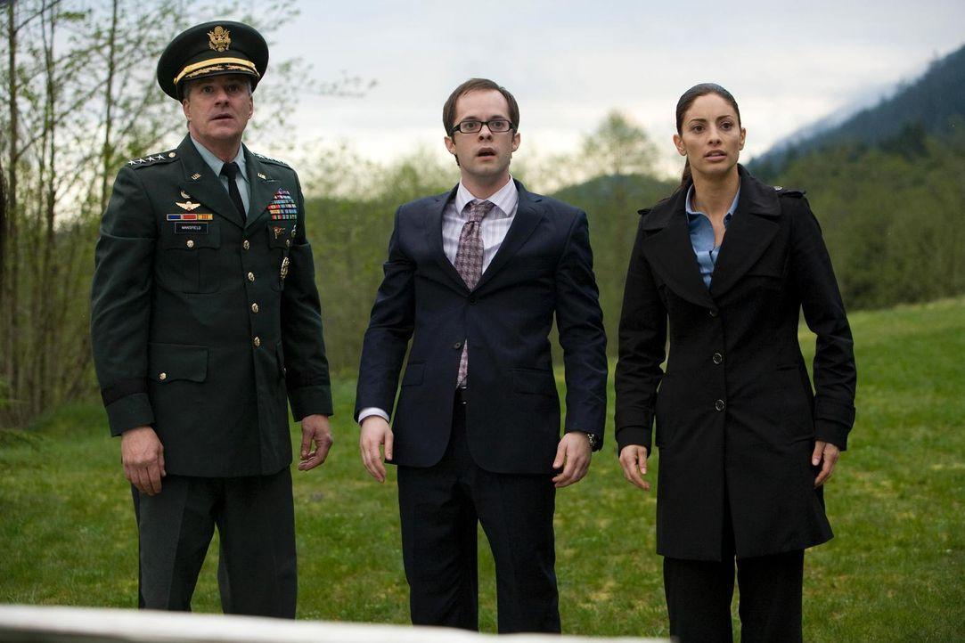 Die Knallgasreaktion: Gen. Mansfield (Barclay Hope , l.), Fargo (Neil Grayston , M.) und Jo (Erica Cerra, r.) ... - Bildquelle: Universal Television