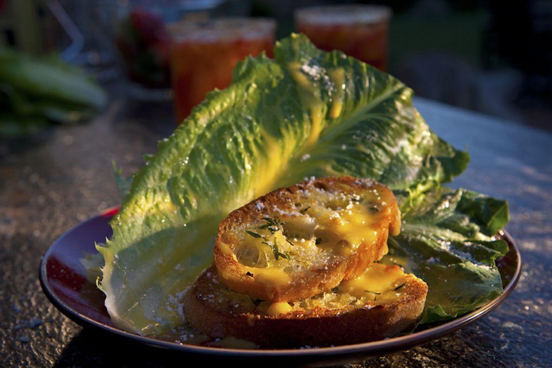 Seine Freunde können sich unter anderem an Guy Fieris leckeren Caeser Salat mit selbstgemachten Croutons erfreuen ... - Bildquelle: 2012, Television Food Network, G.P. All Rights Reserved.
