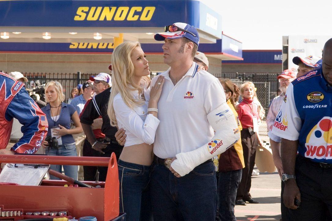 Ricky Bobby (Will Ferrell, r.) isr rundum erfolgreich: Er ist ein gefeierter Rennfahrer, hat eine bildhübsche Ehefrau (Leslie Bobb, l.), zwei gesund... - Bildquelle: Copyright   2006 Sony Pictures Television International.