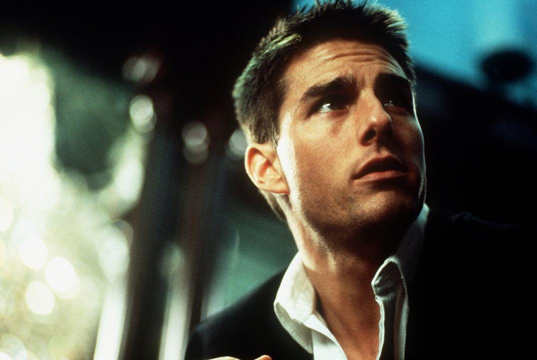 Als der junge Agent Ethan Hunt (Tom Cruise) sieht, wie seine Kollegen zu Tode kommen und sein Chef und väterlicher Freund, Jim Phelps, blutüberström... - Bildquelle: Paramount Pictures