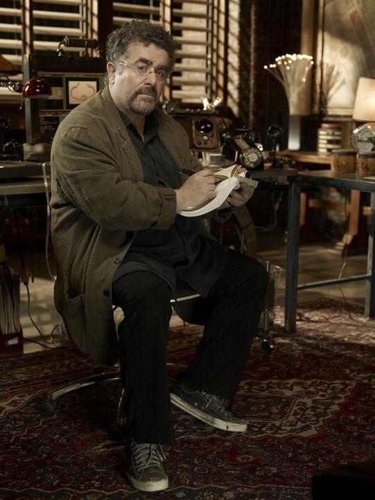 """Artie Nielsen (Saul Rubinek) hat den Anschlag auf das """"Warehouse 13"""" nur knapp überlebt. Dennoch lässt er sich nicht von seiner Arbeit als Agent abb... - Bildquelle: Justin Stephens SCI FI Channel"""