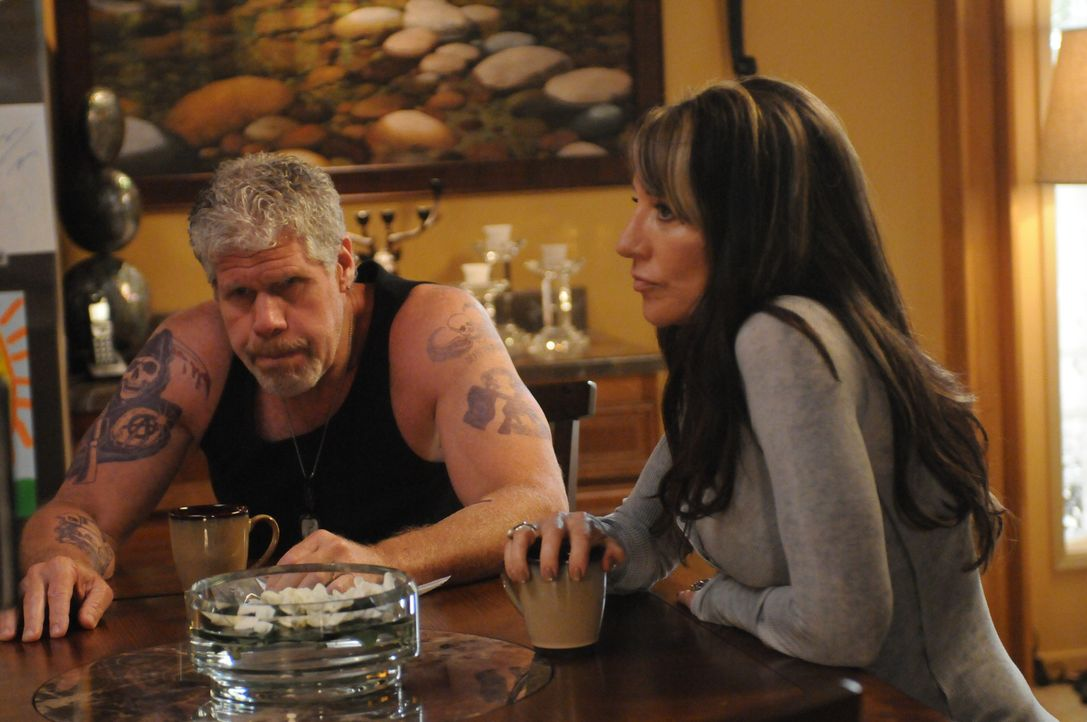 Als Clay (Ron Perlman, l.) mit der Vergangenheit erpresst wird, muss sich Gemma (Katey Sagal, r.) Sorgen um geliebte Menschen machen ... - Bildquelle: 2011 Twentieth Century Fox Film Corporation and Bluebush Productions, LLC. All rights reserved.