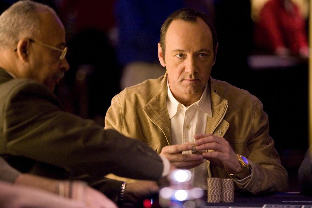 """Professor Rosa (Kevin Spacey), ein ehemaliger Superzocker, hat ein """"todsicheres"""" Black Jack-System entwickelt, mit dem Casinos austricksen und um ei... - Bildquelle: CPT Holdings, Inc. All Rights Reserved."""