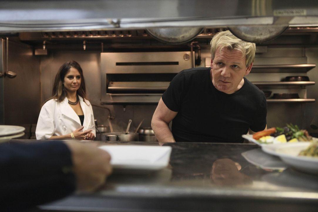"""Jetzt wird es spannend für Gordon Ramsay (r.), denn er testet, ob das """"Lido"""" dank seine Hilfe wieder Fuß fassen konnte ... - Bildquelle: Fox Broadcasting.  All rights reserved."""