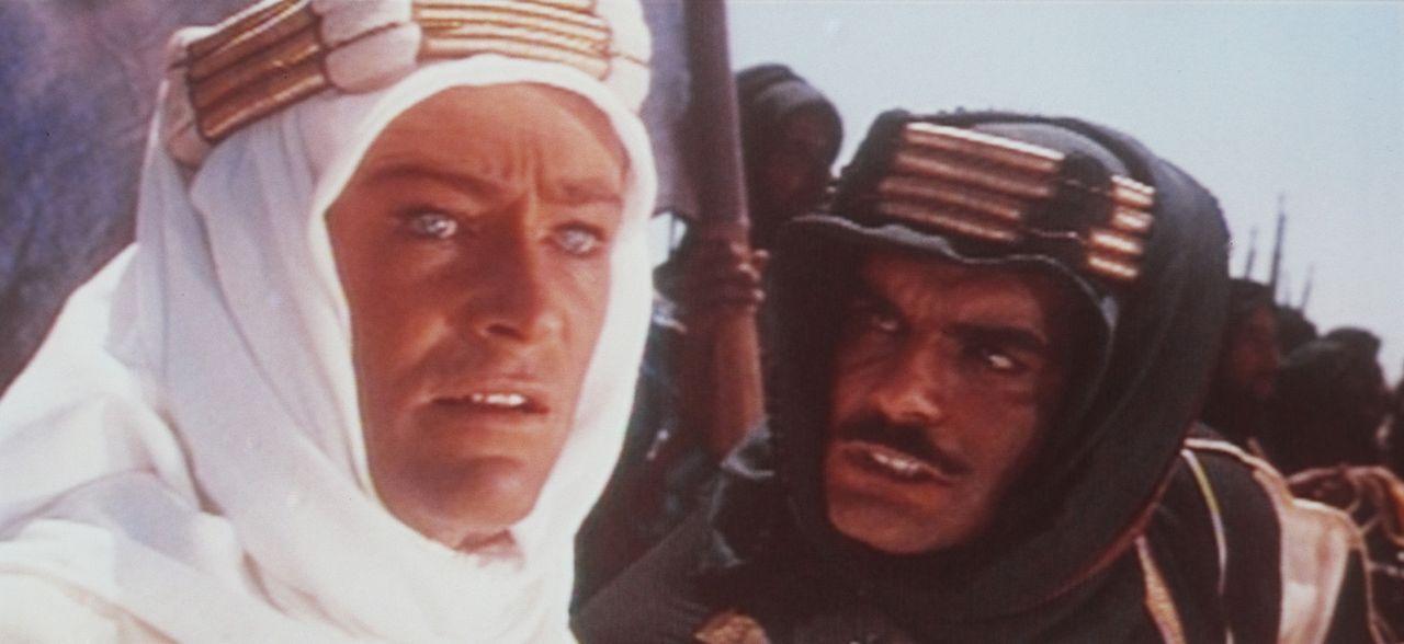 Der britische Offizier T. E. Lawrence (Peter O'Toole, l.) versucht Sherif Ali ibn el Kharisch (Omar Sharif, r.) zu überzeugen, sich mit weite... - Bildquelle: Columbia Pictures