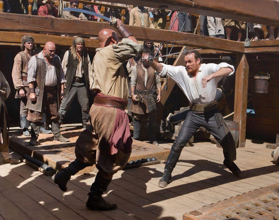 Im Kampf um Leben und Tod: Singleton (Anthony Bishop, vorne l.) fordert den Captain Flint (Toby Stephens, r.) heraus ... - Bildquelle: 2013 Starz Entertainment LLC, All rights reserved
