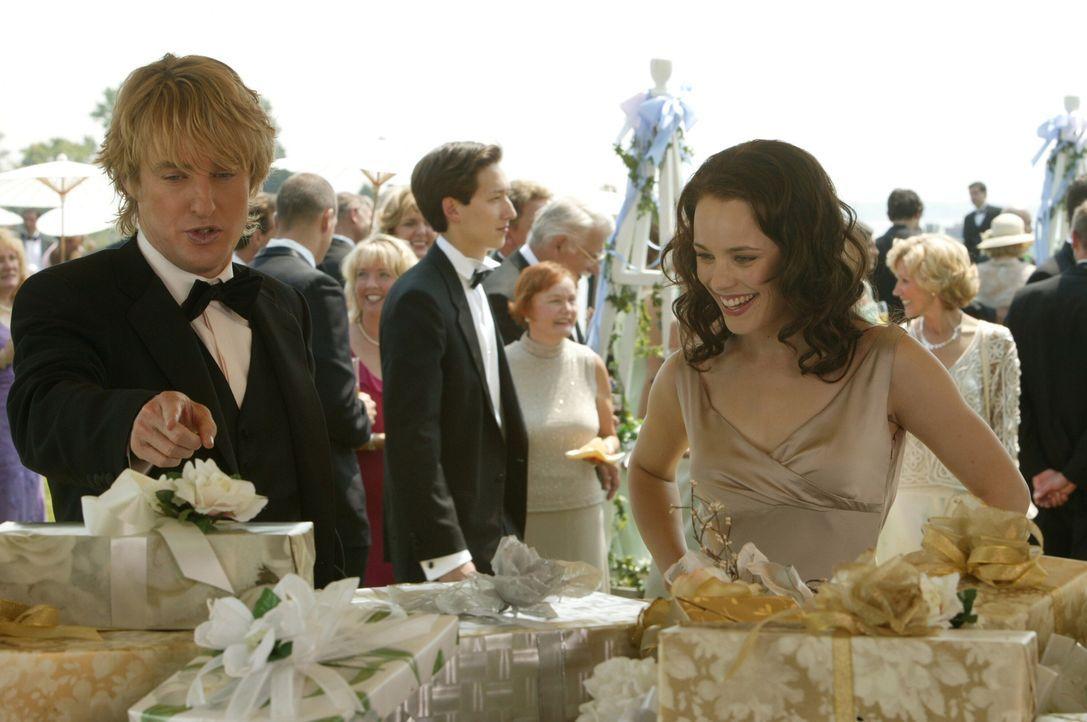 Als die Tochter von Finanzminister William Cleary Hochzeit feiert, schleichen sich John (Owen Wilson, l.) und Jeremy bei dem rauschenden Fest ein un... - Bildquelle: Warner Bros. Television
