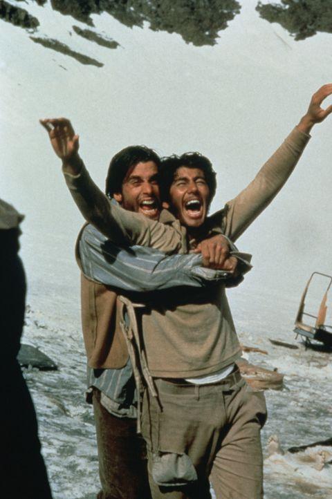 Parrado (Ethan Hawke, l.) und Antonio Balbi (Vincent Spano, r.) können es kaum glauben. Nach zehn Wochen in einer Hölle aus eis und Schnee können si... - Bildquelle: Buena Vista Pictures