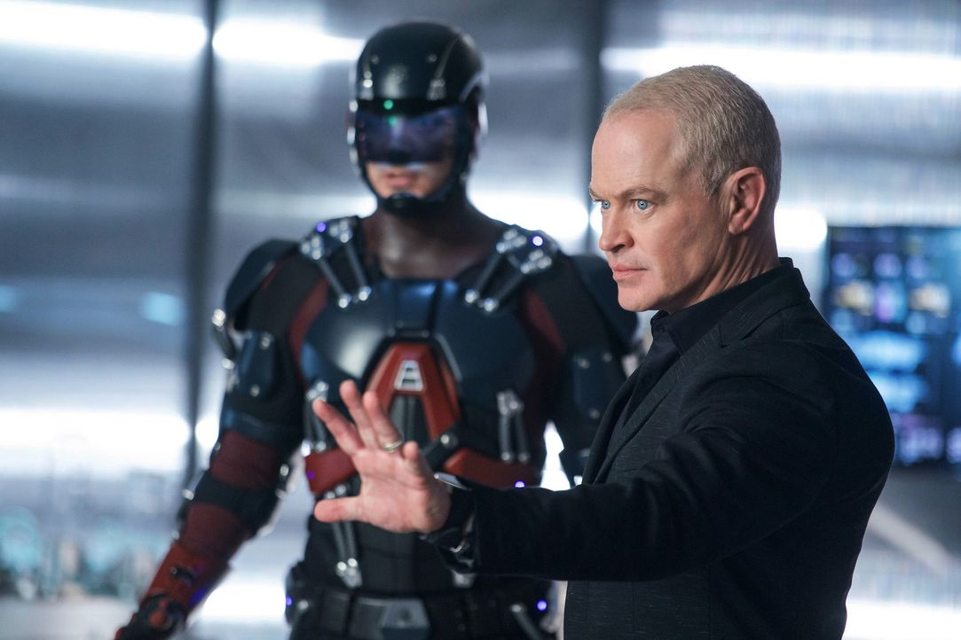 Ray (Brandon Routh, l.); Damien Darhk (Neal McDonough, r.) - Bildquelle: 2017 Warner Bros.