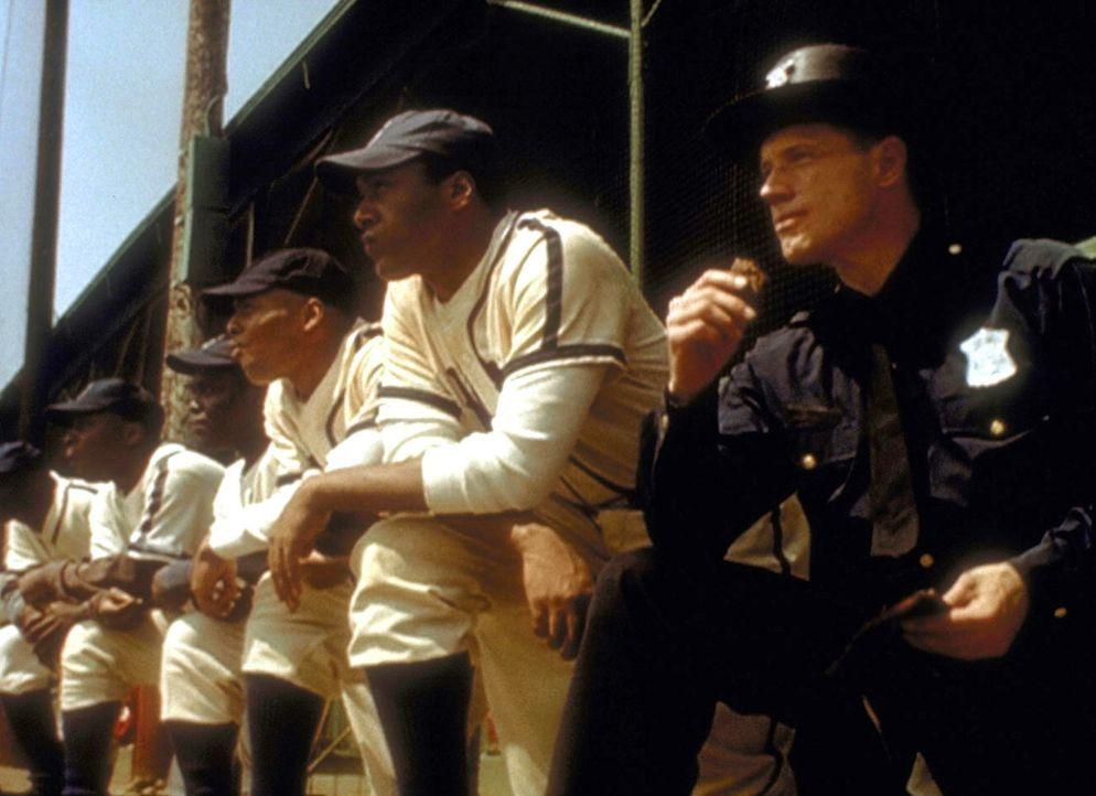 Der junge Polizist Arthur Dales (Fredric Lane, r.) beschützt einen berühmten Baseballspieler, als dieser angeblich vom Ku-Klux-Klan bedroht wird. - Bildquelle: TM +   2000 Twentieth Century Fox Film Corporation. All Rights Reserved.