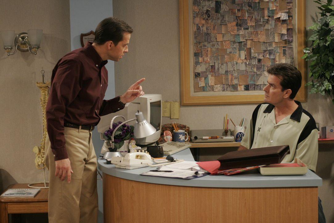 Alan (Jon Cryer, l.) gibt Charlie (Charlie Sheen, r.) die letzten Anweisungen, bevor er ihn alleine in seiner Praxis lässt ... - Bildquelle: Warner Brothers Entertainment Inc.