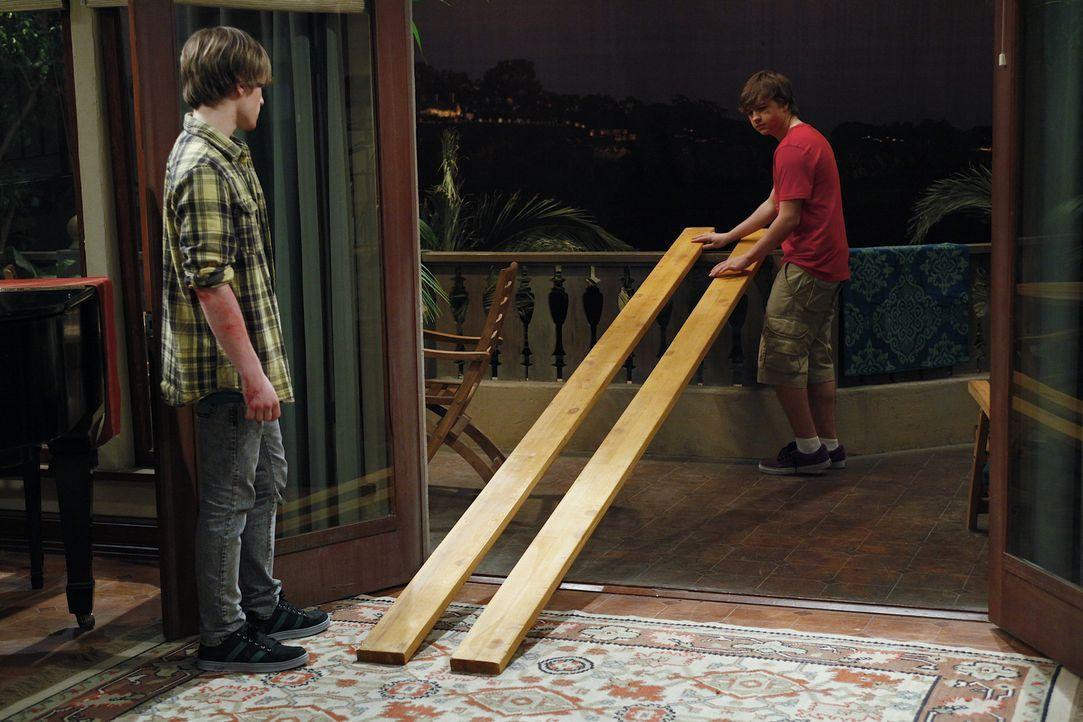 Haben einen ganz besonderen Plan: Jake (Angus T. Jones, r.) und Eldridge (Graham Patrick Martin, l.) ... - Bildquelle: Warner Bros. Television