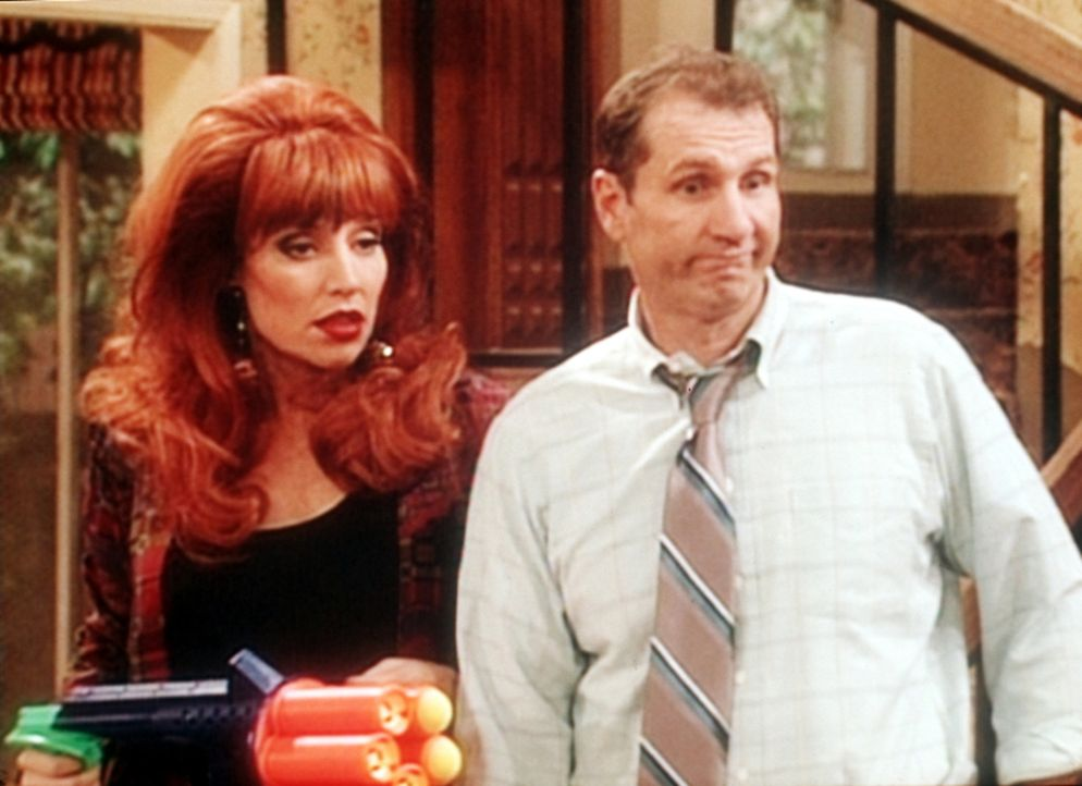 Al Bundy (Ed O'Neill, r.) ist ziemlich verblüfft, dass ihn die alberne Spielerei, mit der alten Spielzeugkanone auf seine Frau Peggy (Katey Sagal, l... - Bildquelle: Sony Pictures Television International. All Rights Reserved.
