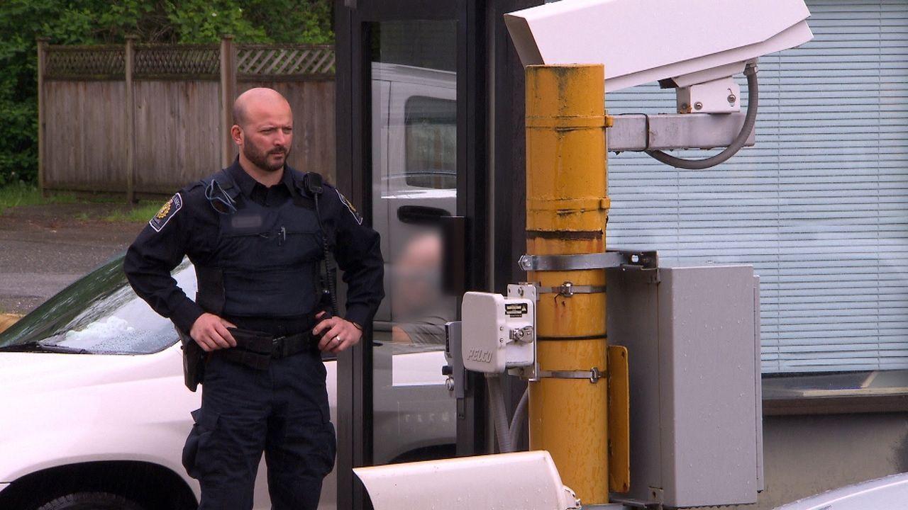 Die Beamten an der kanadischen Grenze haben alle Hände voll zu tun: Einige der 20.000 Reisenden, die täglich nach Kanada einreisen, haben etwas zu v... - Bildquelle: Force Four Entertainment / BST Media 2 Inc.