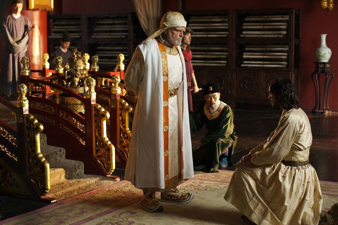 Marco Polo (Ian Somerhalder, r.) ist glücklich, dem mächtigen Herrscher der Mongolen Kublai Khan (Brian Dennehy, l.) dienen zu dürfen. - Bildquelle: 2006 RHI Entertainment Distribution, LLC
