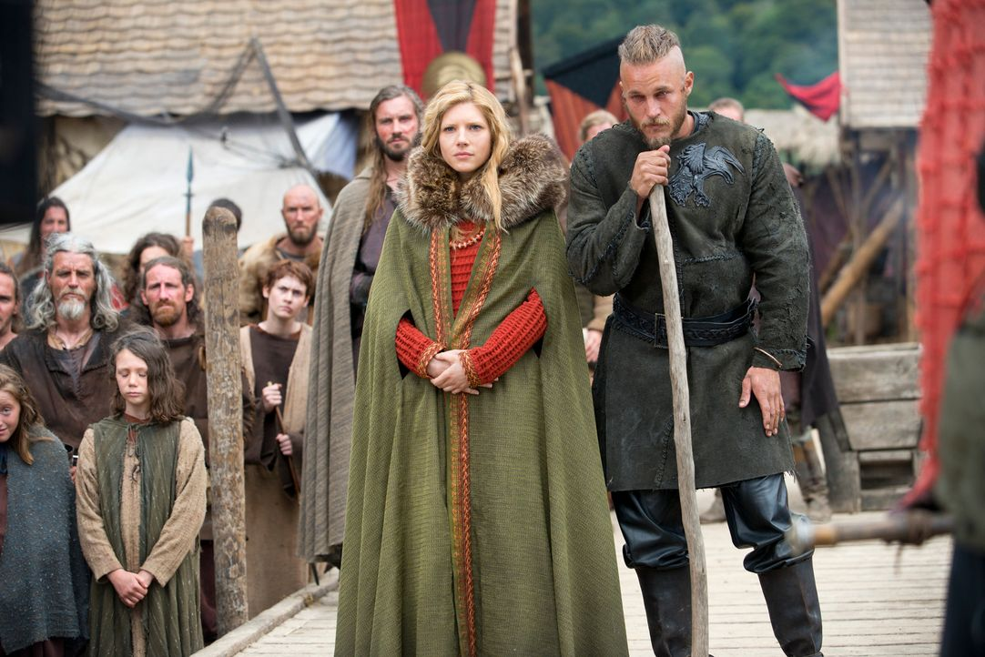 Müssen dem getöteten Earl den Weg nach Walhall ebnen: Ragnar (Travis Fimmel, l.) und Lagertha (Katheryn Winnick, r.) ... - Bildquelle: 2013 TM TELEVISION PRODUCTIONS LIMITED/T5 VIKINGS PRODUCTIONS INC. ALL RIGHTS RESERVED.