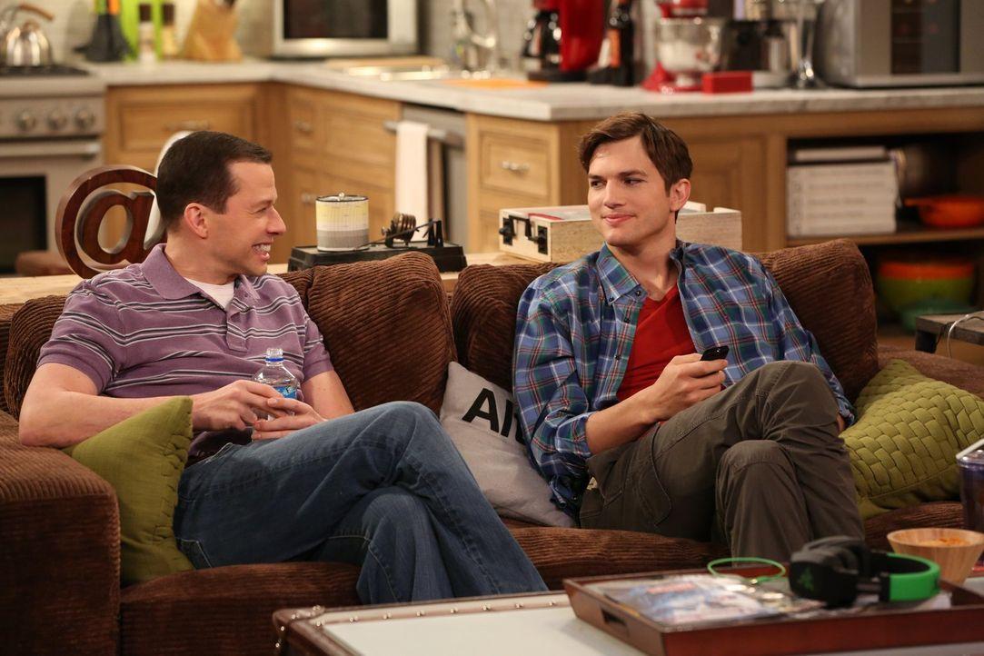 Als Walden (Ashton Kutcher, r.) auf einer Single-Veranstaltung auf seine Ex-Frau Bridget trifft, überlegt er, ob er wieder mit ihr zusammenkommen so... - Bildquelle: Warner Bros. Television