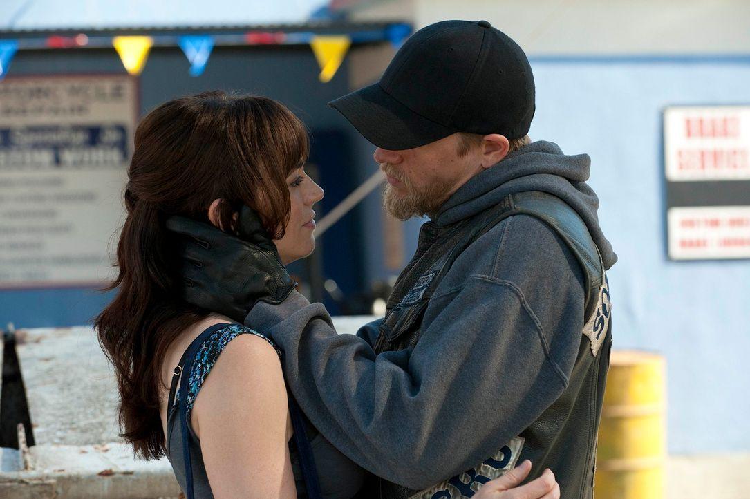 Tara (Maggie Siff, l.) wusste schon immer, dass Jax (Charlie Hunnam, r.) sich ständig in Gefahr bringt, doch die neuen Kartellkriege stellen alles B... - Bildquelle: 2011 Twentieth Century Fox Film Corporation and Bluebush Productions, LLC. All rights reserved.