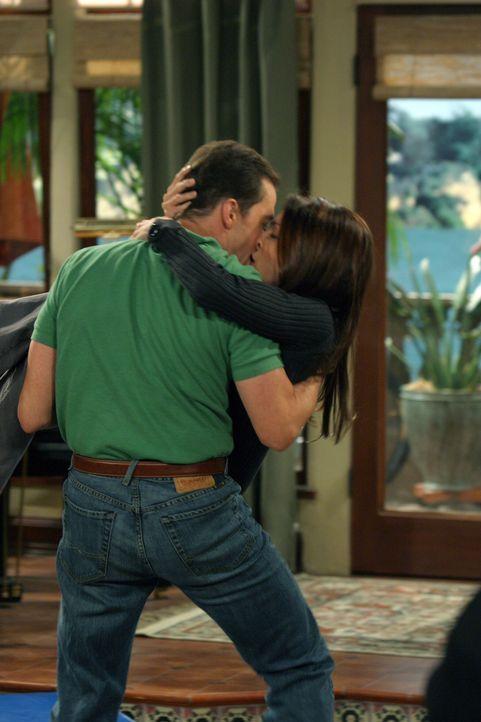 Ein Wiederaufleben Ihrer Ehe?: Alan (Jon Cryer, l.) und Judith (Marin Hinkle, r.) ... - Bildquelle: Warner Bros. Television