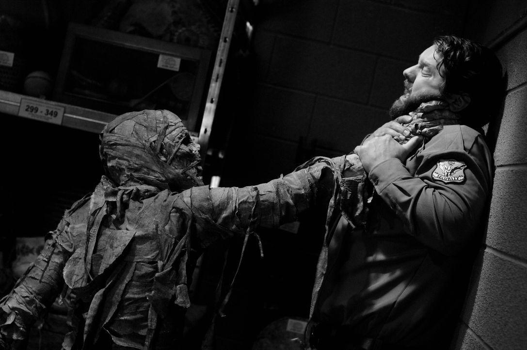 """Earl (John Stewart, r.) wird von einem """"Gestaltenwandler"""" angegriffen, der sein Unwesen treibt ... - Bildquelle: Warner Bros. Television"""
