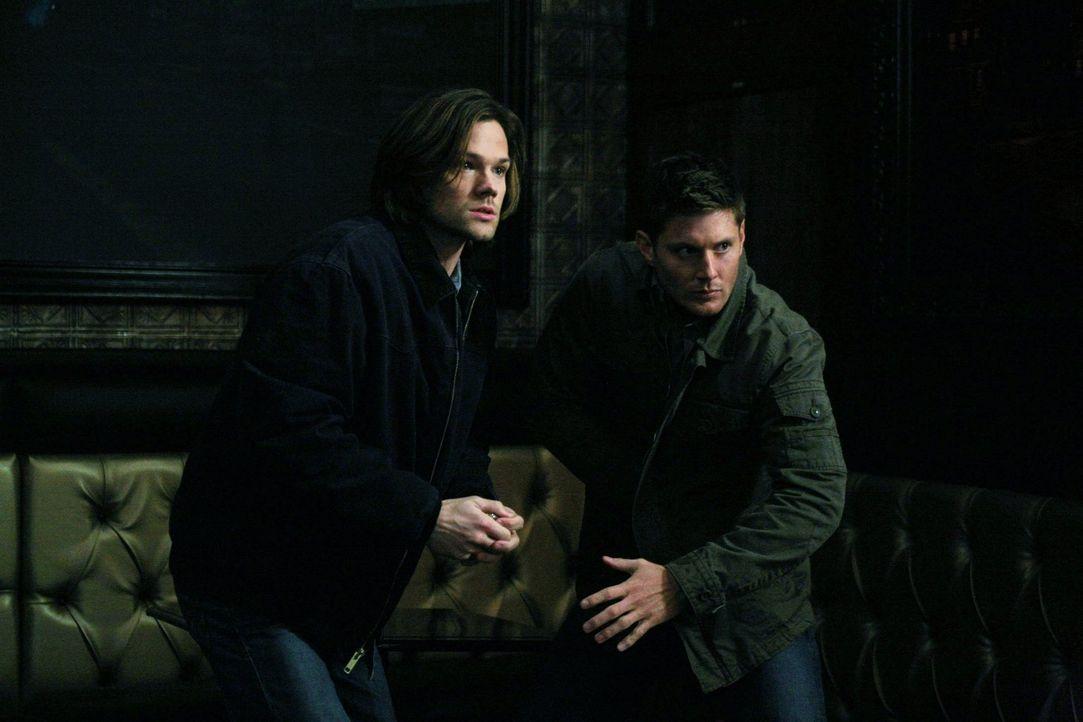 Werden Sam (Jared Padalecki, l.) und Dean (Jensen Ackles, r.) einem Hexer helfen? - Bildquelle: Warner Bros. Television