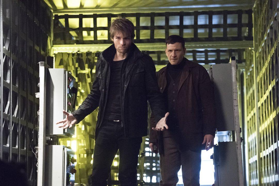 Roy alias Rainbow Raider (Paul Anthony, r.) und Mark alias Weather Wizard (Liam McIntyre, l.) sind, nachdem sie aus ihren Zellen ausgebrochen sind,... - Bildquelle: Warner Brothers.