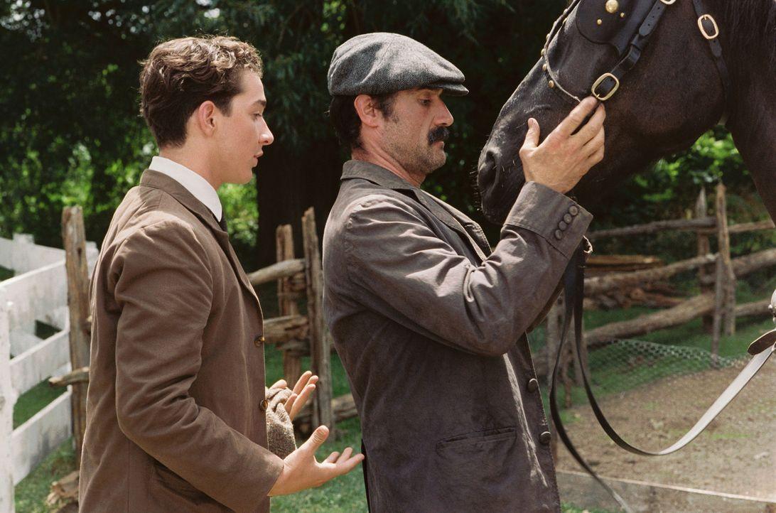 Francis Ouimet (Shia LaBeouf, l.) gibt seinem Vater Arthur Ouimet (Elias Koteas, r.) sein Versprechen, dass er nie wieder Golf spielen wird, wenn er... - Bildquelle: Walt Disney Pictures