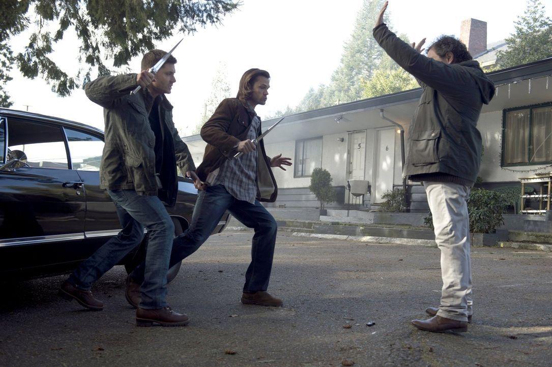 Metratron (Curtis Armstrong, r.) hat mittlerweile mehr Macht, als Dean (Jensen Ackles, l.) und Sam (Jared Padalecki, M.) gedacht haben ... - Bildquelle: 2013 Warner Brothers
