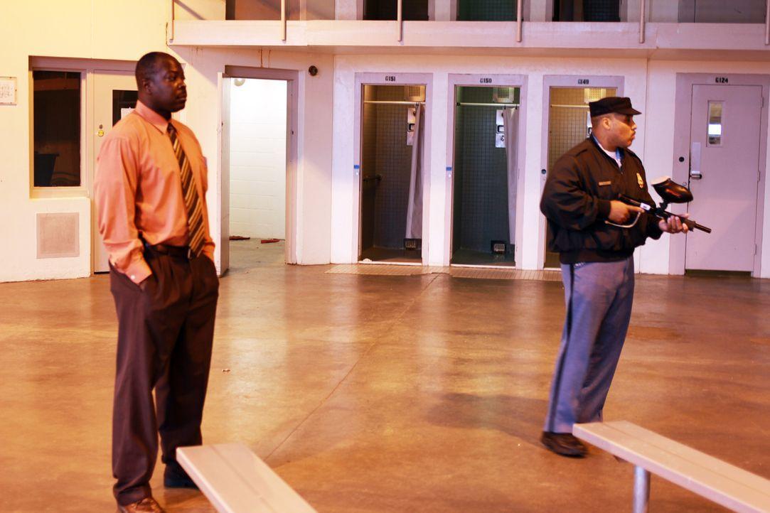 Auch Direktor Williams (l.) muss ab und zu selber im G-Trakt des Smith State Gefängnisses nach dem Rechten schauen ... - Bildquelle: Erin Crumpacker part2pictures