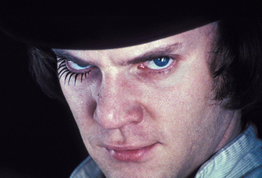 Für Alex (Malcolm McDowell) und seine Clique sind brutale Überfälle auf Wehrlose der tägliche Zeitvertreib. Nach dem Raubüberfall auf eine alte Frau... - Bildquelle: Warner Bros. Television