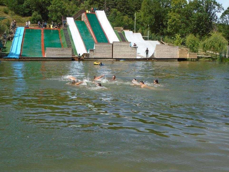 Hierher kommen viele, die mal durch die Luft fliegen wollen: der Drop-in Cerdanya Water Jump Park in Err, Frankreich, hat für jeden Geschmack etwas... - Bildquelle: 2016, The Travel Channel, L.L.C. All Rights Reserved.