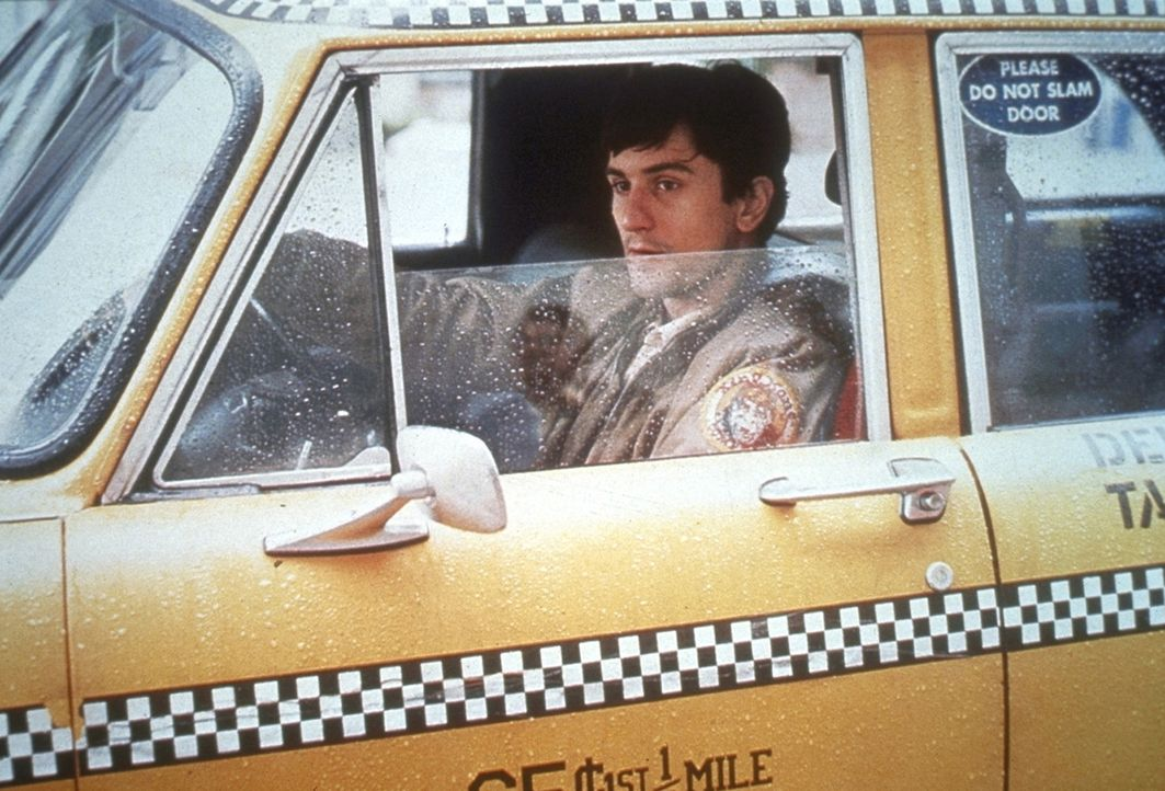 Der junge, kontaktarme Vietnam-Heimkehrer Travis Bickle (Robert De Niro) leidet unter Schlaflosigkeit und arbeitet deshalb nachts als Taxifahrer in... - Bildquelle: Columbia Pictures
