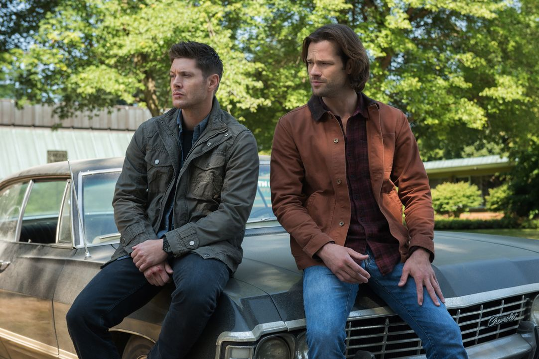 Dean Winchester (Jensen Ackles, l.); Sam Winchester (Jared Padalecki, r.) - Bildquelle: Dean Buscher 2017 The CW Network, LLC. All Rights Reserved / Dean Buscher