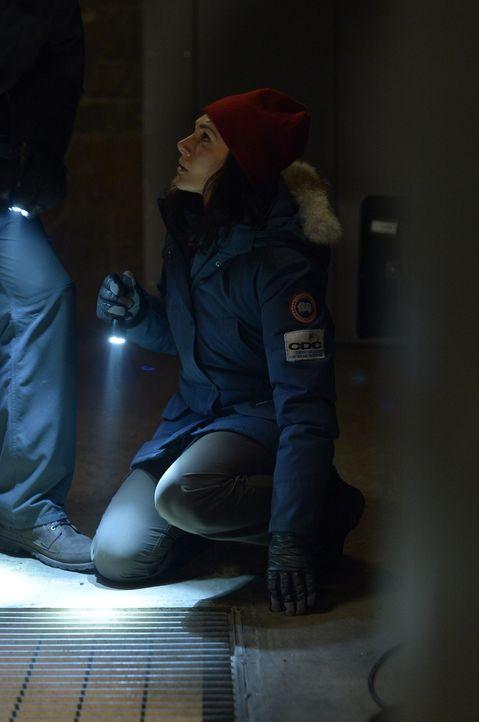 Während Julia (Kyra Zagorsky) und Alan auf Ebene X ihr Leben riskieren, wird Sarah bewusst, wie schlimm es wirklich um sie steht ... - Bildquelle: 2014 Sony Pictures Television Inc. All Rights Reserved.