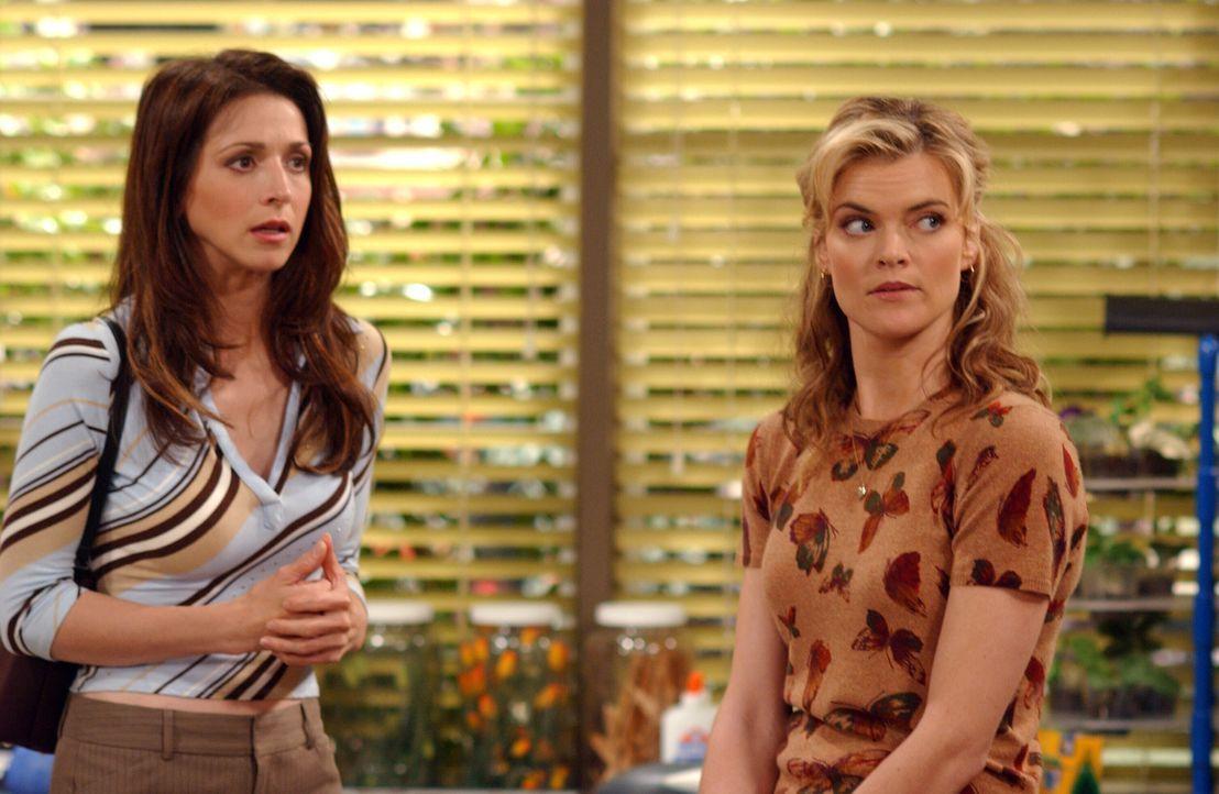 Jake hat seiner Lehrerin Miss Pasternak (Missi Pyle, r.) den Mittelfinger gezeigt. Judith (Marin Hinkle, l.) ist schockiert, als sie deshalb in die... - Bildquelle: Warner Bros. Television