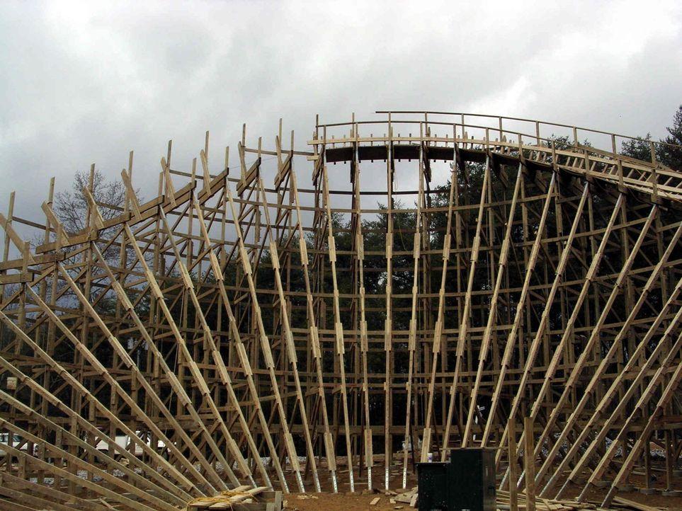 Auf engstem Raum entsteht eine ganz besondere Achterbahn, diese besteht nämlich fast vollständig aus Holz ... - Bildquelle: ProSieben MAXX