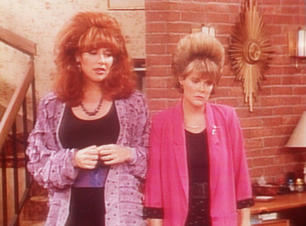 Peggy (Katey Sagal, l.) hat Mitleid, weil der Frisör Marcys (Amanda Bearse, r.) Frisur ruiniert hat. - Bildquelle: Sony Pictures Television International. All Rights Reserved.