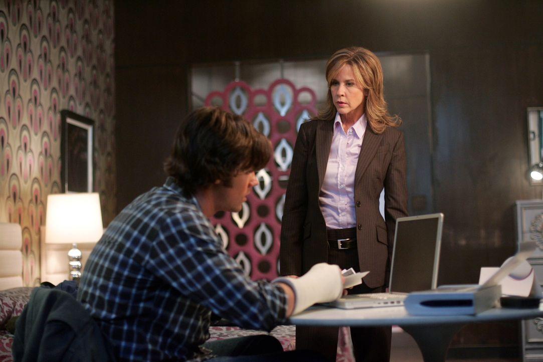 Sam (Jared Padalecki, l.) erhält in seinem Motelzimmer überraschenden Besuch von der Polizistin Diana Ballard (Linda Blair, r.). Doch warum nur? - Bildquelle: Warner Bros. Television