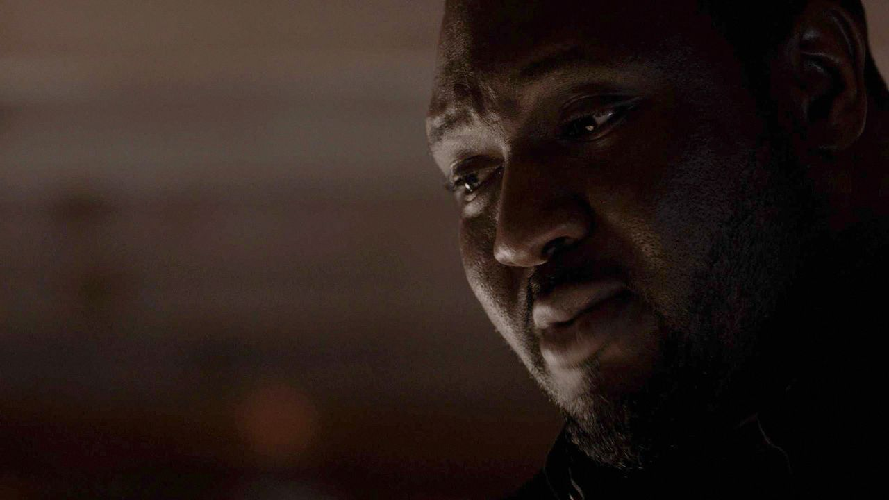 Als Abraham (Nonso Anozie) von Jackson eine Blutprobe eines von ihm gefangenen, unbekannten Hybriden bekommt, macht er eine erschreckende Entdeckung... - Bildquelle: 2017 CBS Broadcasting, Inc. All Rights Reserved