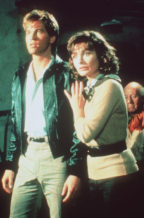 Gemeinsam machen sich Nick (Val Kilmer, l.) und Hillary (Lucy Gutteridge, r.) auf die Suche nach Hillarys Vater, der von DDR-Militärs entführt wurde... - Bildquelle: Paramount Pictures