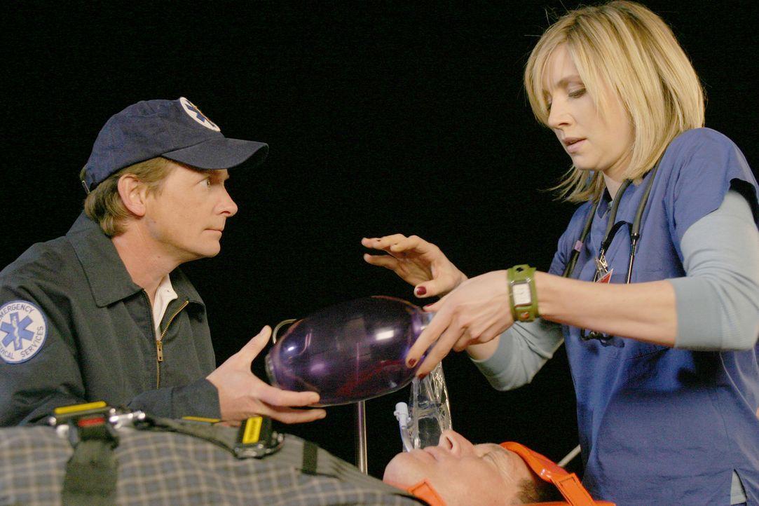Elliott (Sarah Chalke, r.) sucht, nachdem sie einen Patienten falsch intubiert hat, Rat bei Dr. Casey (Michael J. Fox, l.), der jedoch momentan ganz... - Bildquelle: Touchstone Television