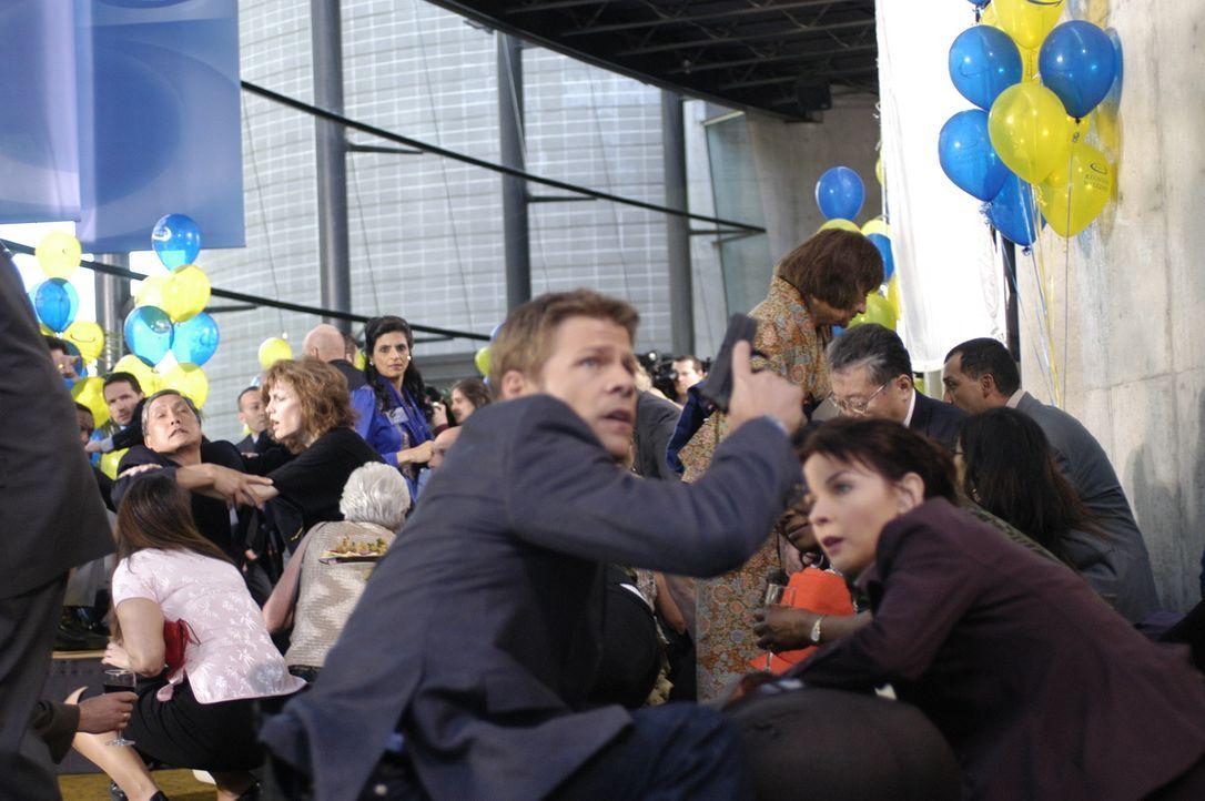 """Im """"4400 Center"""" wurde ein Schuss abgefeuert: Tom (Joel Gretsch, vorne l.) und Diana (Jacqueline McKenzie, vorne r.) versuchen sich in Sicherheit zu... - Bildquelle: Viacom Productions Inc."""