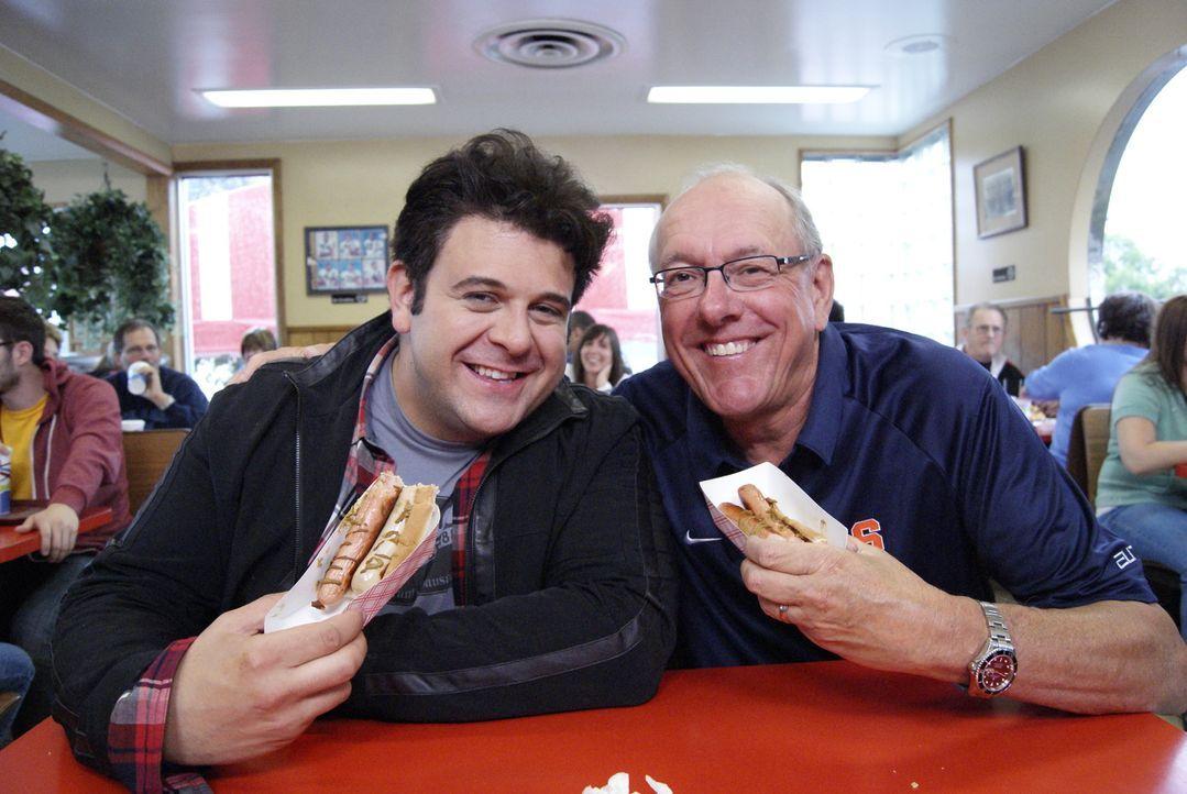 Adam Richman (l.) reist auf der Suche nach kulinarischen Perlen durch ganz Amerika. Diesmal dreht sich alles um die Wurst: Im Heid's  in Liverpool g... - Bildquelle: 2010, The Travel Channel, L.L.C.