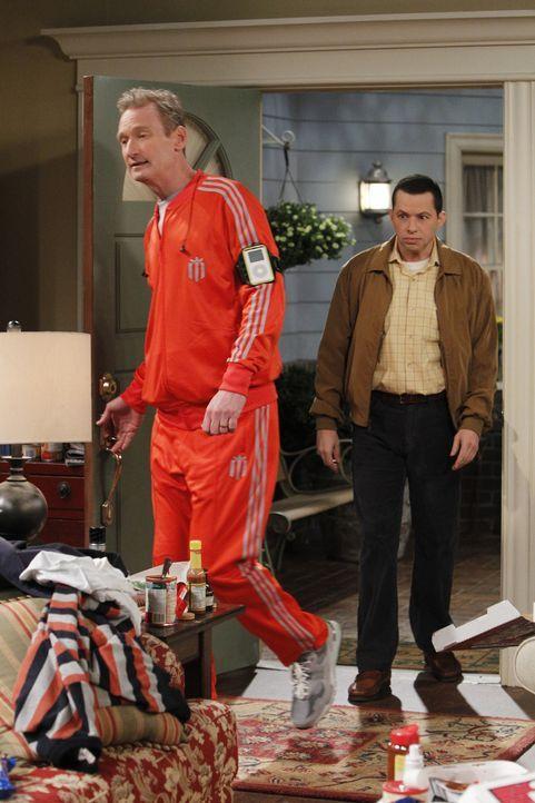 Da Alan (Jon Cryer, r.) Streit mit Lyndsey hat und Herb (Ryan Stiles, l.) von Judith verlassen wurde, steht ein Männerabend auf dem Plan ... - Bildquelle: Warner Bros. Television