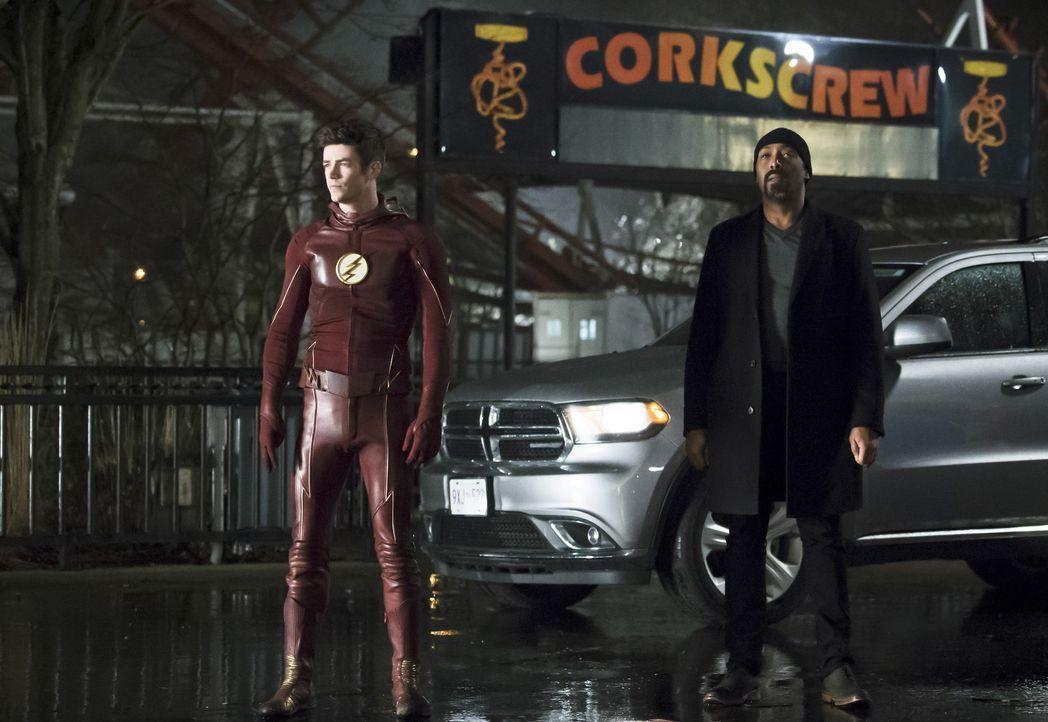 Während Barry alias The Flash (Grant Gustin, l.) ohne übernatürliche Kräfte Wells retten muss, drängt Wally Joe (Jesse L. Martin, r.) mit Fragen übe... - Bildquelle: Warner Bros. Entertainment, Inc.