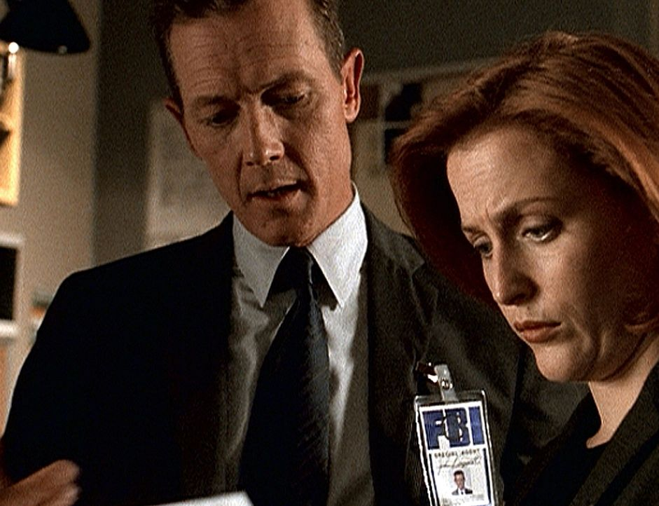 Dogett (Robert Patrick, l.) teilt Scully (Gillian Anderson, r.) seine Bedenken mit ... - Bildquelle: TM +   2000 Twentieth Century Fox Film Corporation. All Rights Reserved.