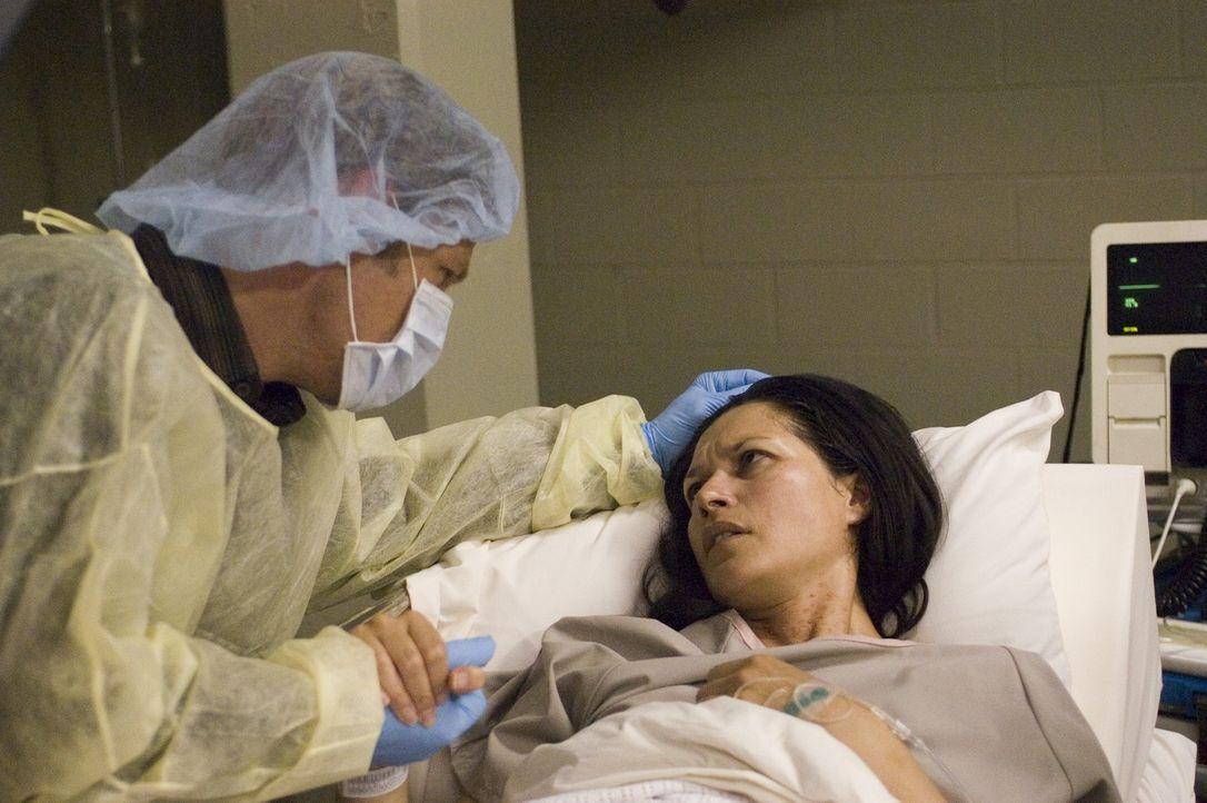 Tom (Joel Gretsch, l.) besucht seine Frau Alana (Karina Lombard, r.) die mit einer mysteriösen Krankheit infiziert ist ... - Bildquelle: Viacom Productions Inc.