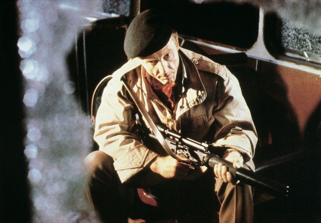 """Oberst Faulkner (Edward Fox) gehört zum Söldnerkommando """"Wildgänse"""", das beauftragt wird, Hitlers Stellvertreter Rudolf Hess aus dem Gefängnis zu be... - Bildquelle: Universal Pictures"""